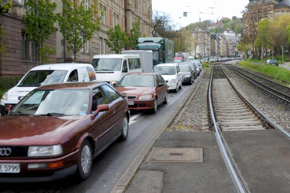 Auf dem Gleis festgefahren: Bis der Wagen geborgen war, musste der Bahnverkehr umgeleitet werden. (Symbolbild)