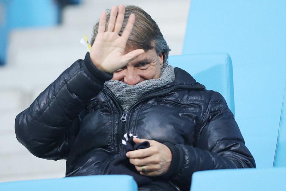 """Dick eingemummelt schaute sich CFC-Trainer Horst Steffen die  deutsche """"U 20""""-Partie gegen Italien an."""
