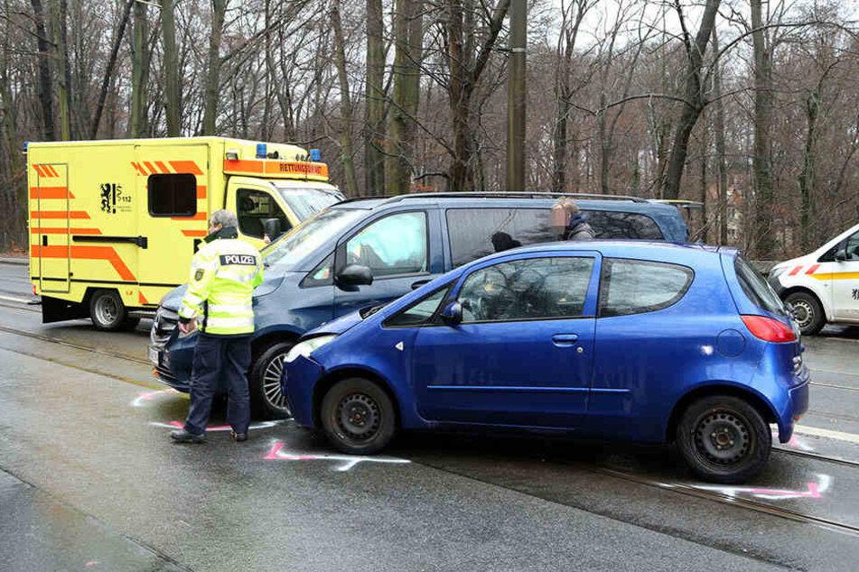 Die Fahrerin des Mitsubishis musste leicht verletzt ins Krankenhaus.