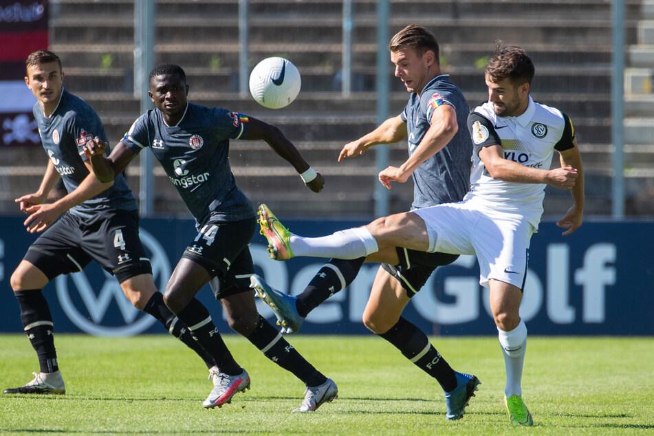 St. Paulis Marvin Senger (2.v.r) in Aktion gegen Elversbergs Manuel Feil (r.). Der 21-Jährige hat seinen Vertrag beim FCSP verlängert, wird jedoch für ein weiteres Jahr ausgeliehen. (Archivfoto)