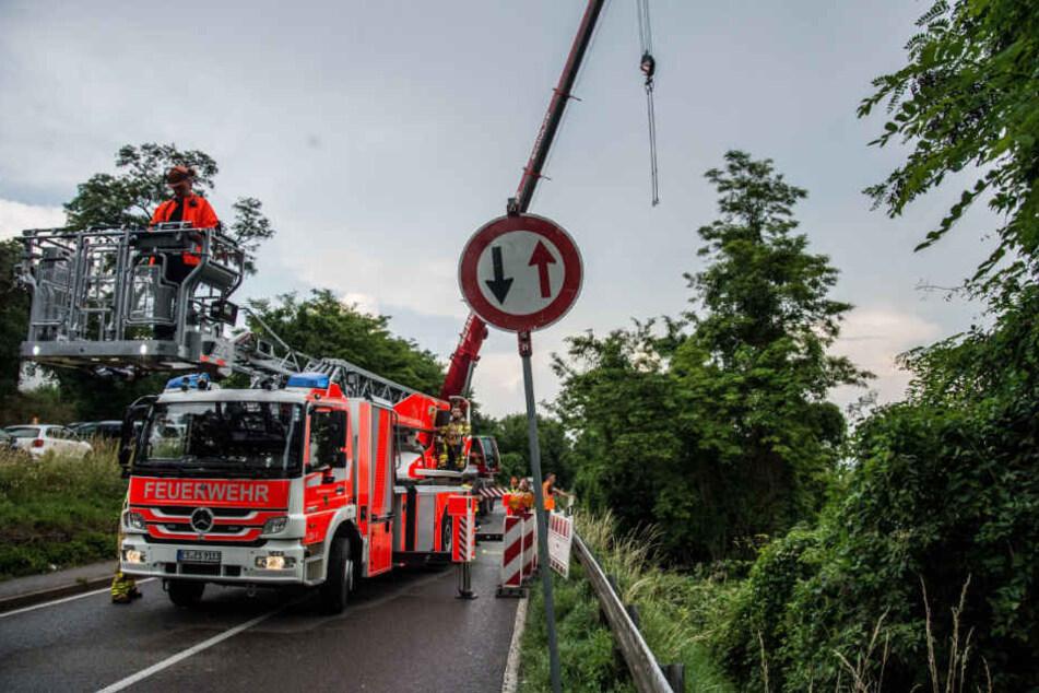 Die Landstraße zwischen Oberesslingen und Zell musste am Nachmittag wegen eines Erdrutsch gesperrt werden. Die Feuerwehr sicherte den Hang.