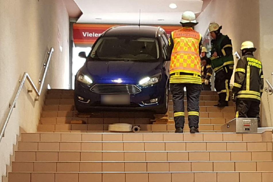 Falsch abgebogen: Autofahrer landet in Treppenhaus!