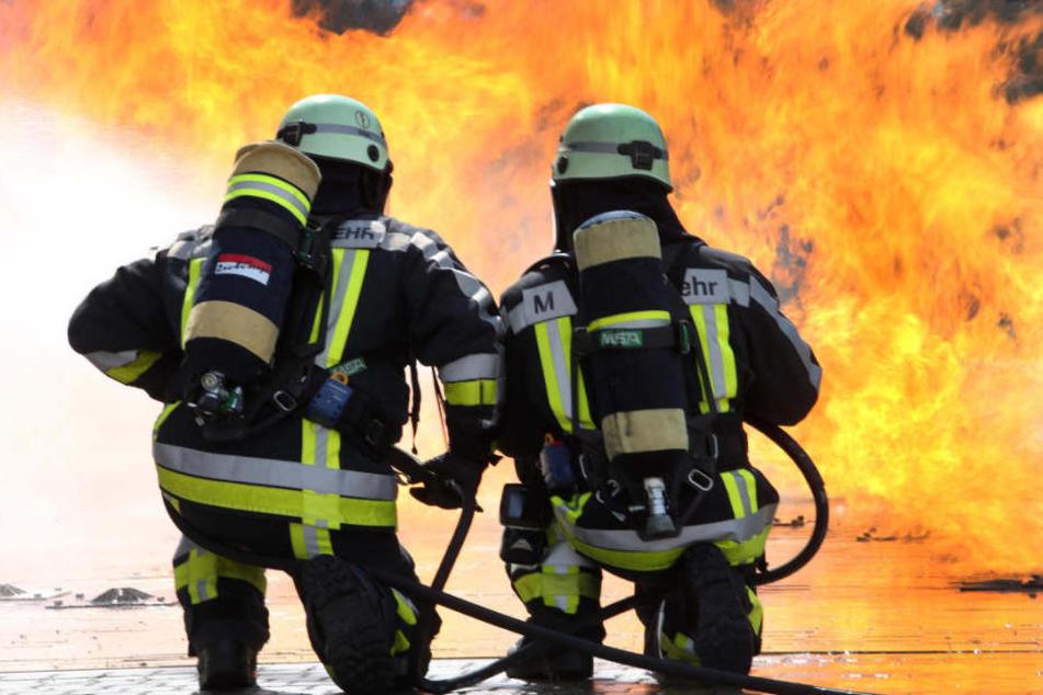 Das Fahrzeug war beim Eintreffen der Feuerwehr schon komplett ausgebrannt. (Symbolbild)
