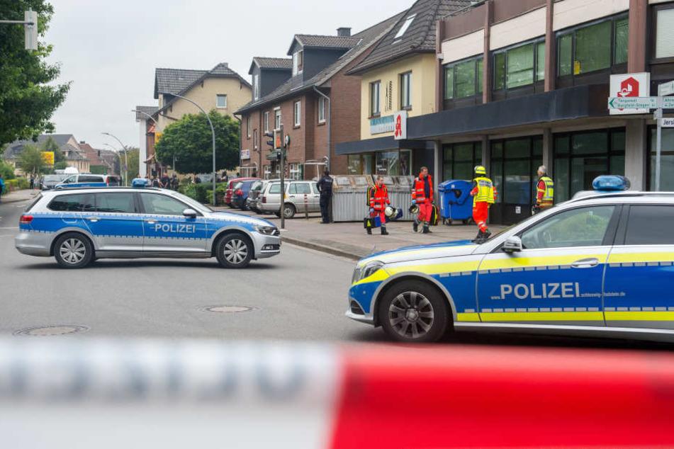 Polizei- und Rettungskräfte stehen am 12.08.2016 in Bargteheide vor dem Tatort. (Archivbild).