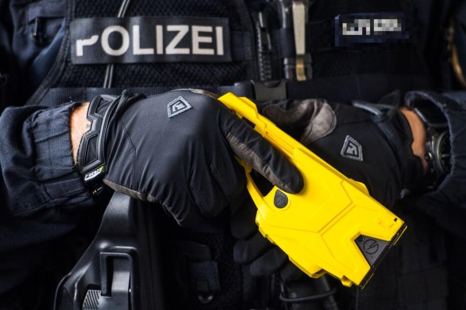 Die Polizisten setzten den Taser ein. (Symbolbild)