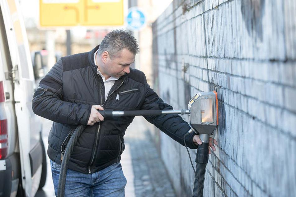 Mit spezieller Technik entfernt Lars Kühnel (41) von der Firma Graffiti Stop die Schmierereien.
