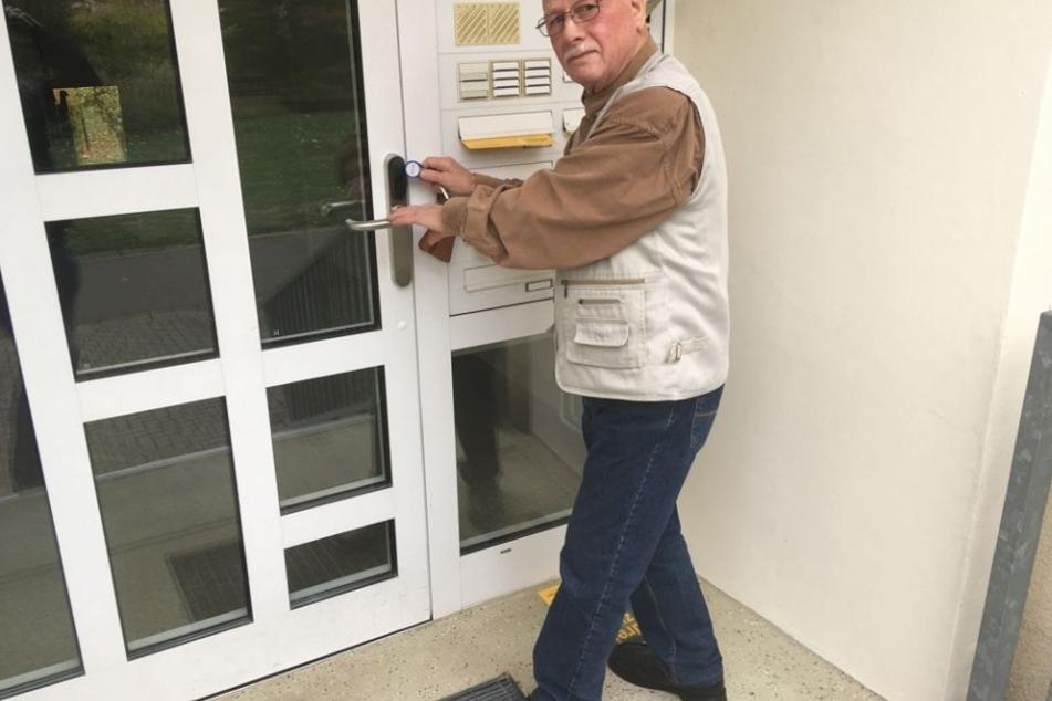 Lipsia-Mitglied Wolfgang Ackermann (79) aus Grünau demonstriert die Funktionsweise der neuen Transponder.