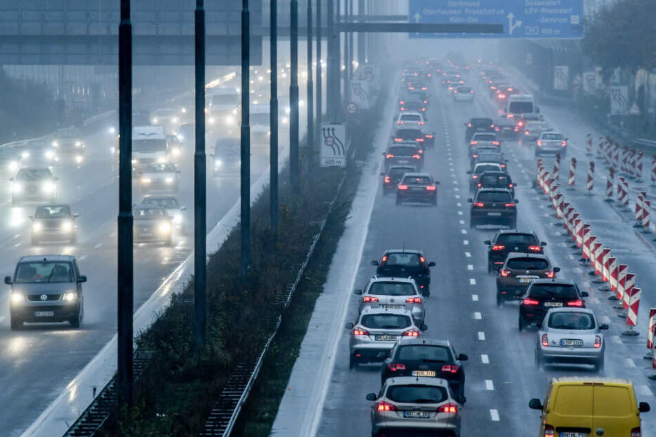 Die A1 bei Köln wird von Freitagabend bis Montagmorgen komplett gesperrt (Archivbild).