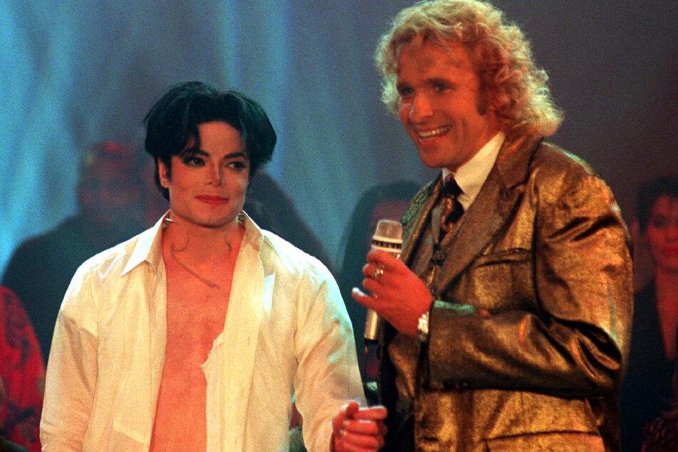 """Das Highlight zur Primetime: Megastar Michael Jackson (l.) trat 1995 bei """"Wetten, dass ...!?"""" auf. (Archiv)"""