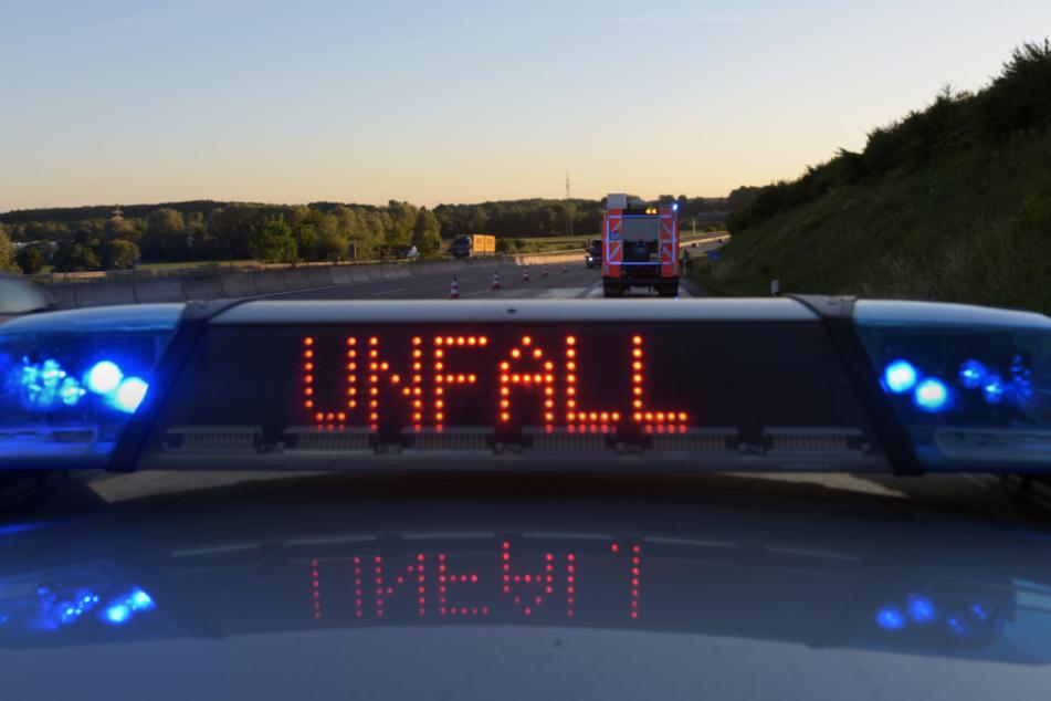 Autofahrerin rast auf Autobahn in Erdhügel: Drei Verletzte