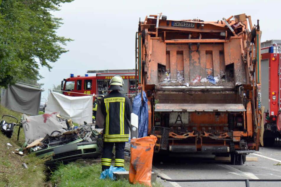 August: In Nagold stürzt ein Müllwagen auf einen Pkw, die fünf Insassen des Autos sterben. Für Mitte Oktober wird ein Gerichtsgutachten erwartet. (Archivbild)