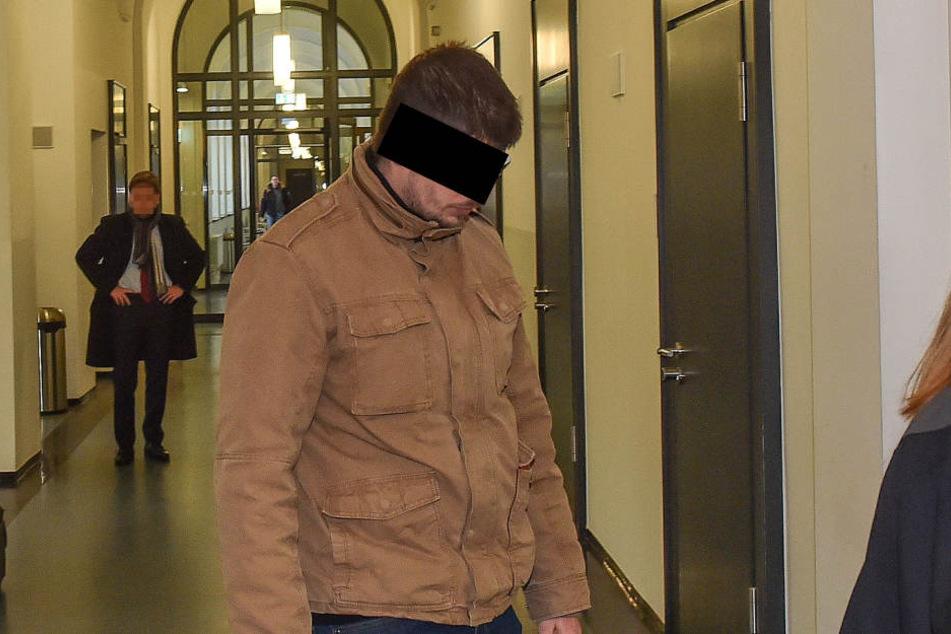 Oma-Räuber Martin R. (23) auf dem Weg in den Gerichtssaal.