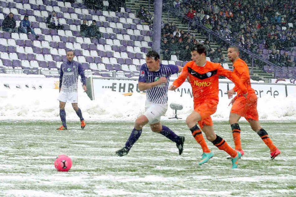 Schneeballschlacht: Am 27. Oktober 2012 schoss Aue den VfL Bochum mit 6:1 ab. Hier setzt sich Marc Hensel (l.) gegen einen gewissen Leon Goretzka durch.