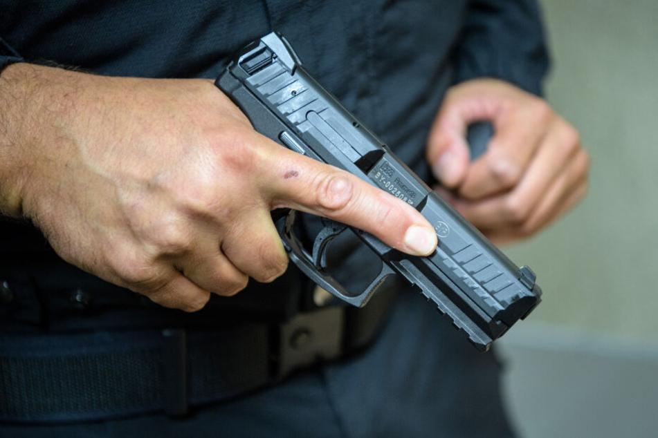 Mann hantiert mit Waffe auf Friedhof in Bochum: Polizei schießt ihn an
