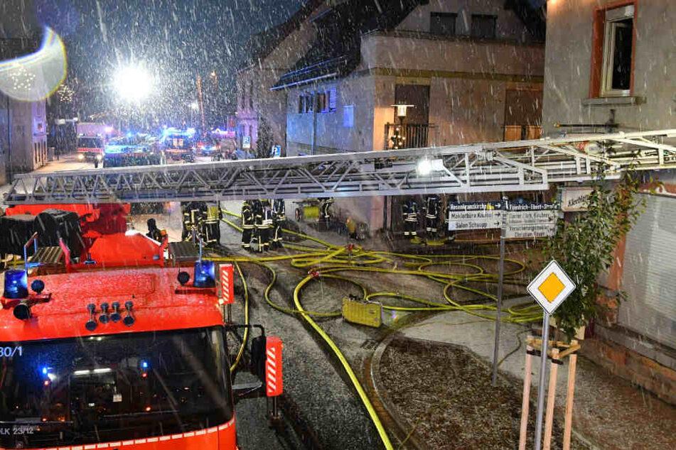 Die Feuerwehr hatte bei ihrem Einsatz auch mit starkem Schneefall zu kämpfen.