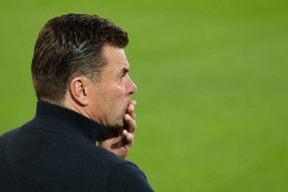 HSV-Trainer Dieter Hecking schaute während der Partie nachdenklich.