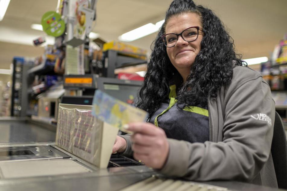 """Konsum-Verkäuferin Janine Hansen (37) zeigt einen echten Zwanziger. Am Mittwoch bezahlte ein Kunde mit einer """"Blüte""""."""