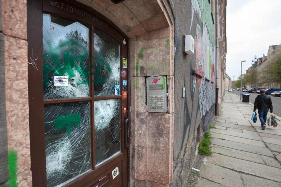 Unbekannte demolierten die Scheibe der Eingangstür.