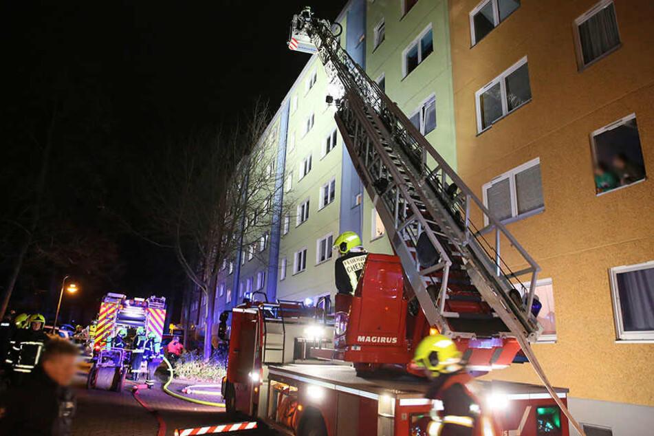 Das Feuer war in einer Wohnung im fünften Stock des Mehrfamilienhauses ausgebrochen.