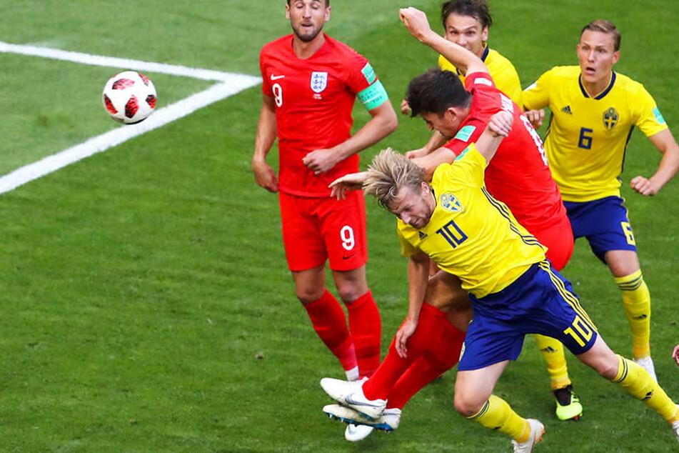 Englands Führung: Harry Maguire (Mitte-Mitte) setzt sich im Kopfballduell mit RB Leipzigs Emil Forsberg (vorne) durch.