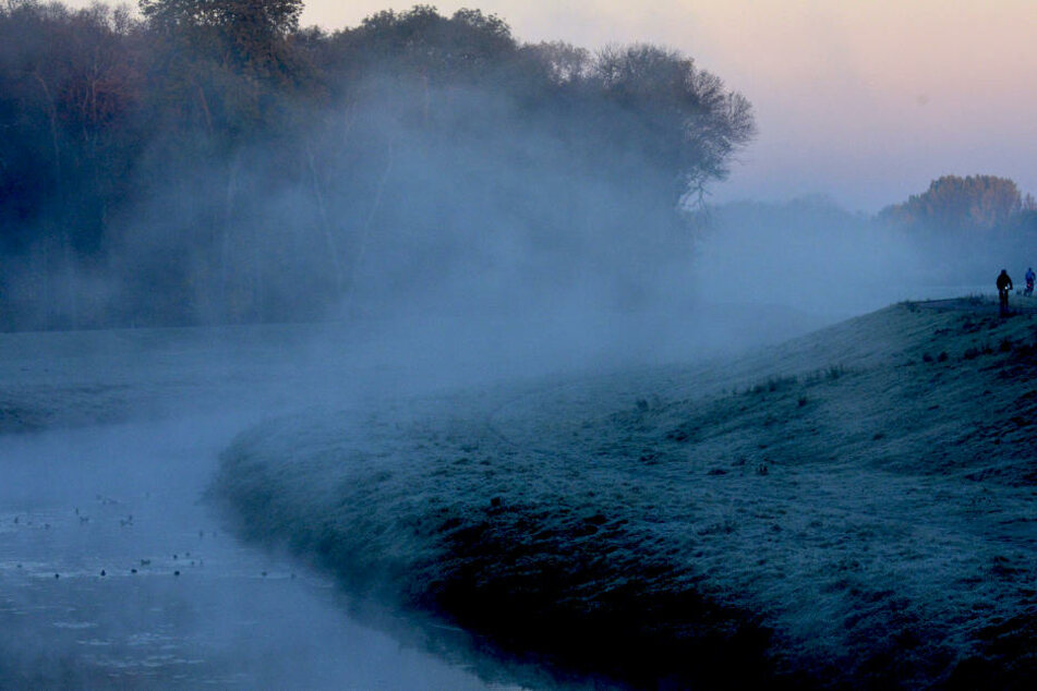 In den Nächten machen sich nach DWD-Angaben dichte Nebelfelder als erste Anzeichen des Herbstes bemerkbar.