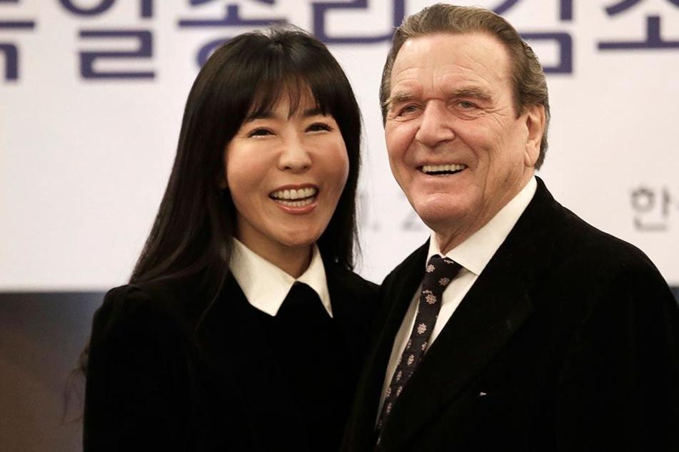 Altbundeskanzler Gerhard Schröder (73) und seine neue südkoreanische Lebenspartnerin Soyeon Kim (48) wollen möglichst noch dieses Jahr Hochzeit feiern.