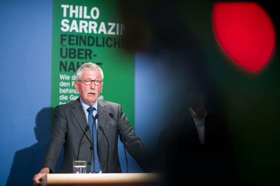 Thilo Sarrazin stellt bei einer Pressekonferenz sein neues Buch vor. Zuvor wollte er es beim Random House Verlag veröffentlichen lassen. (Archivbild)