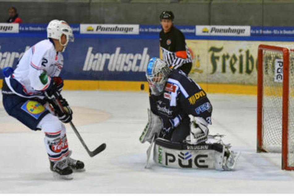 Marco Eisenhut von den Eislöwen pariert.