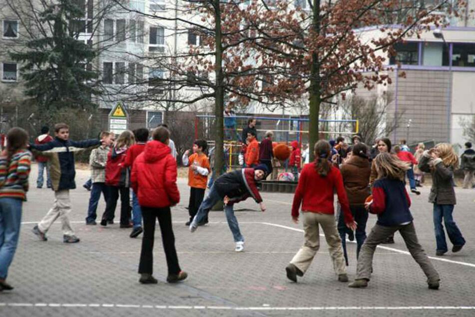 In der Pause gingen die Mitschüler plötzlich auf den Elfjährigen los (Symbolbild)