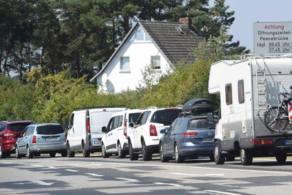 Vor der Peenebrücke von Wolgast auf der Insel Usedom stehen Fahrzeuge im Stau.