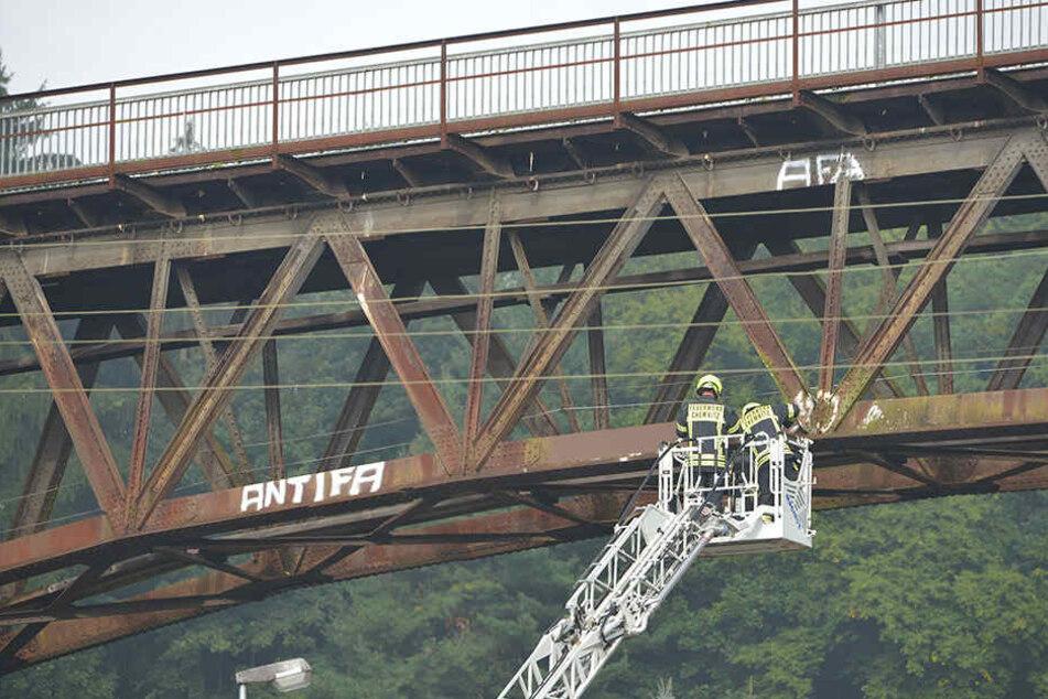 Das Angenehme mit dem Nützlichen verbinden: Bei einer Feuerwehrübung wurde die Brücke gesäubert.