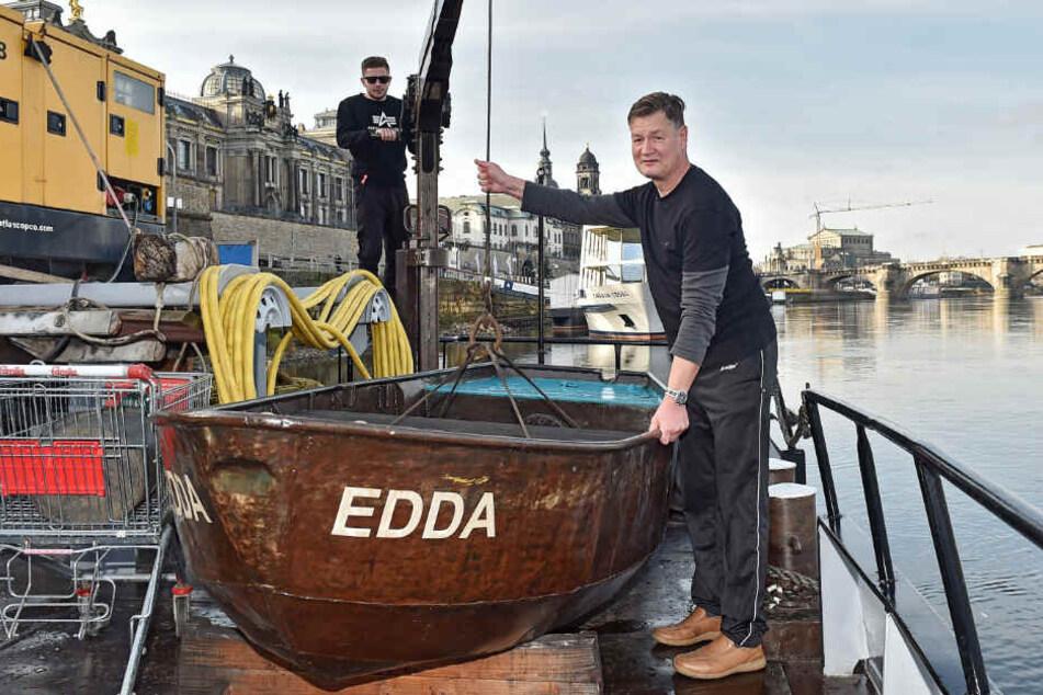 """""""Edda"""" ahoi! Steuermann Ulf Klink (58, l.) und Matrose Ricardo Harder (21) sind auf ihrem Schubschiff derzeit in Dresden zum Ausharren verdammt."""