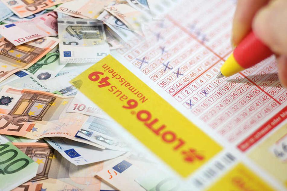 Frau (70) spielt versehentlich Lotto: Kurz darauf ist sie Millionärin!