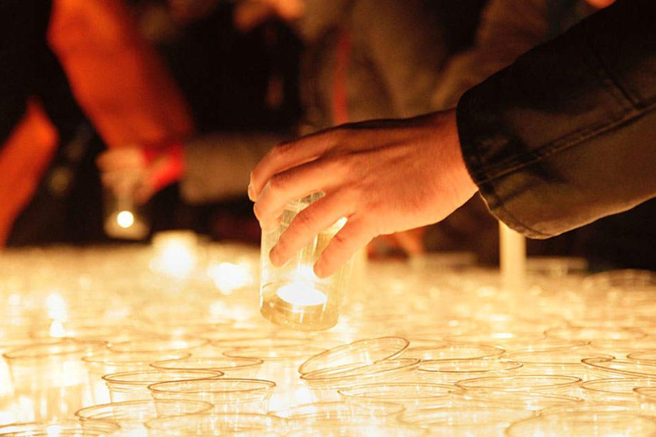 Jedes Jahr zünden tausende Menschen auf dem Augustusplatz Kerzen zum Lichtfest an.