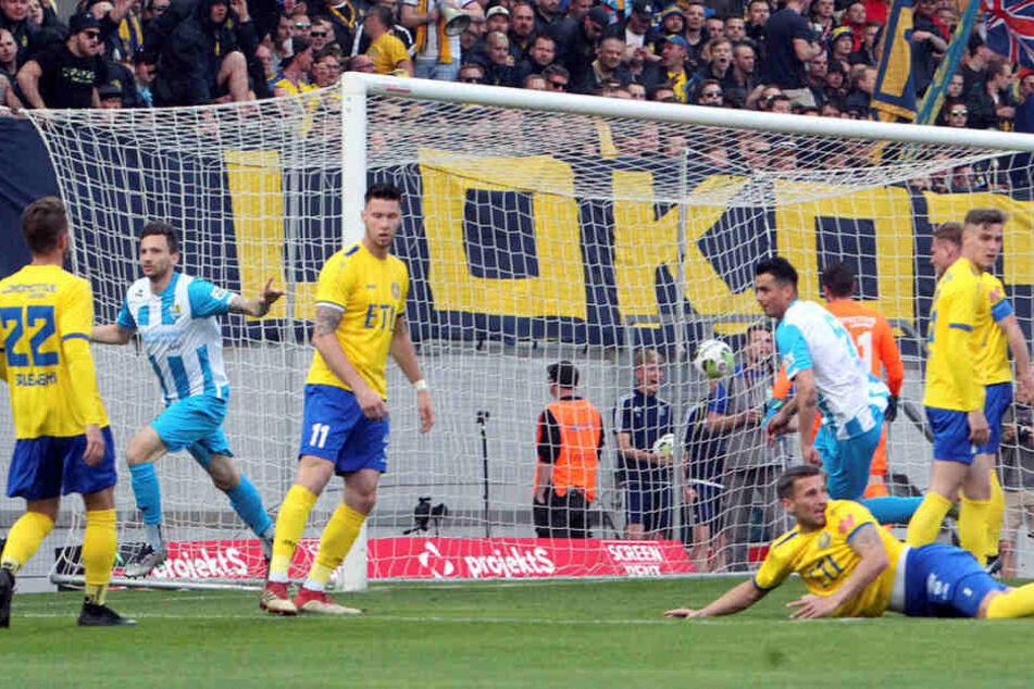 Schon in der 5. Minute schob Chemnitz' Matti Langer (2.v.l.) zum ersten Mal ein, traf 20 Minuten später zum 2:0.