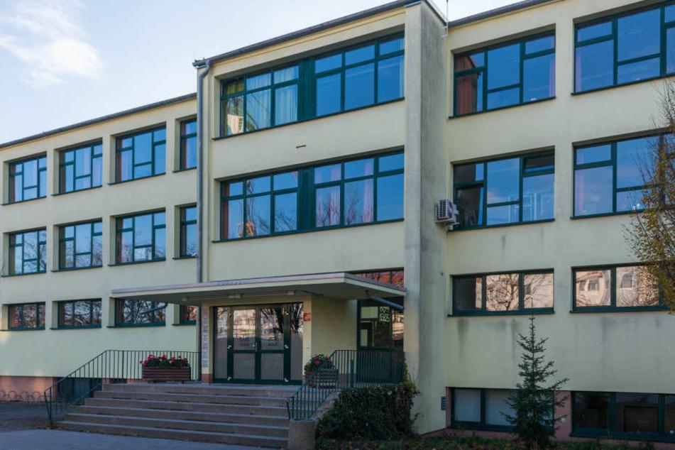 Am Montag und Dienstag wird das Gebäude in Dobritz leer bleiben. Lehrer und Schüler müssen sich untersuchen lassen.