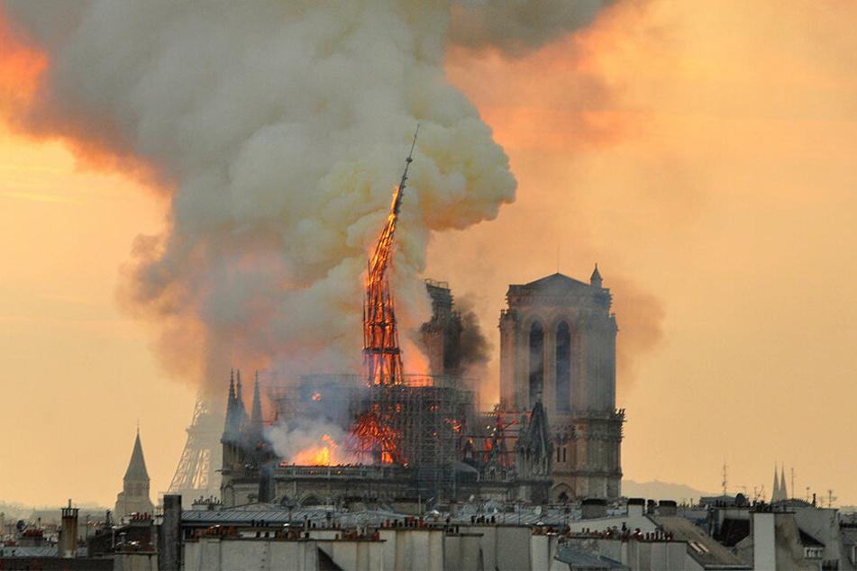 Über Stunden schlugen am Montagabend Flammen lichterloh aus dem Dachstuhl der Pariser Kathedrale von Notre-Dame.