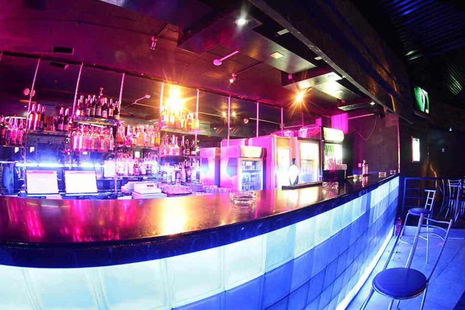 Gruppe stürmt Table-Dance-Bar, Schüsse fallen: Mehrere