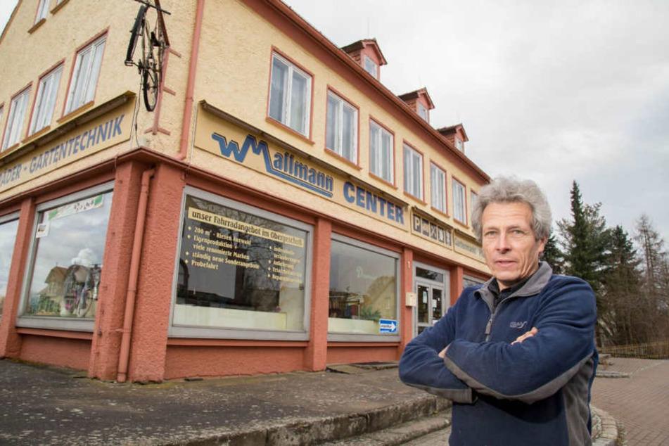 Unternehmer Wilfried Mallmann (62) ärgert sich über die Schüsse auf seine  Scheibe.