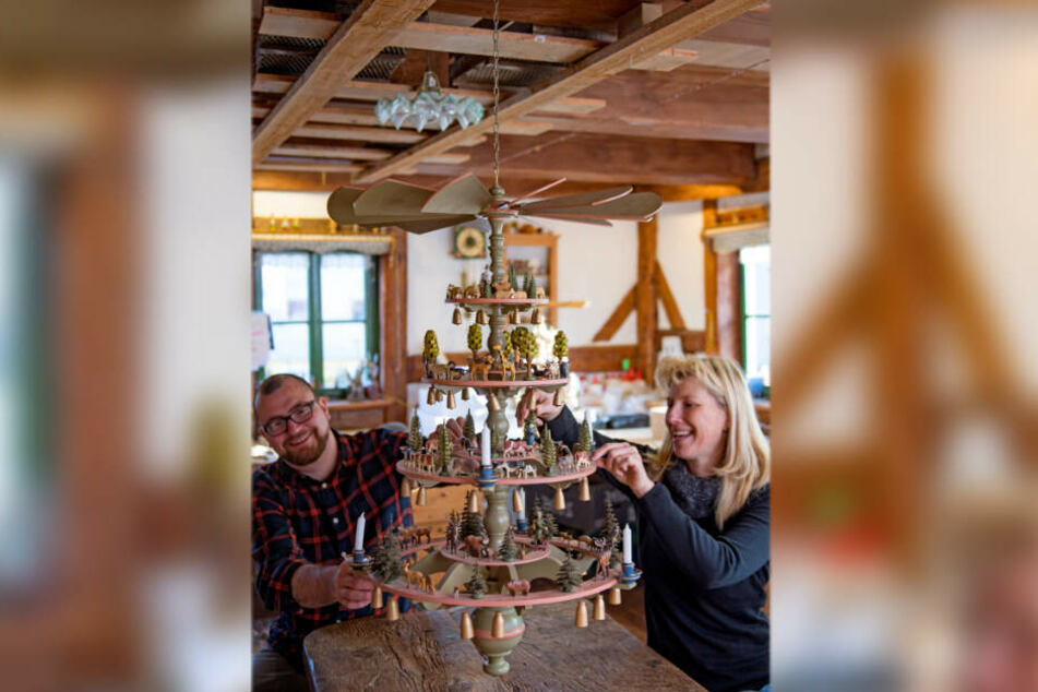 Andreas Werner und Jacqueline Lorenz arbeiten an einer Pyramide, auf der sich die sogenannten Reifentiere wiederfinden.