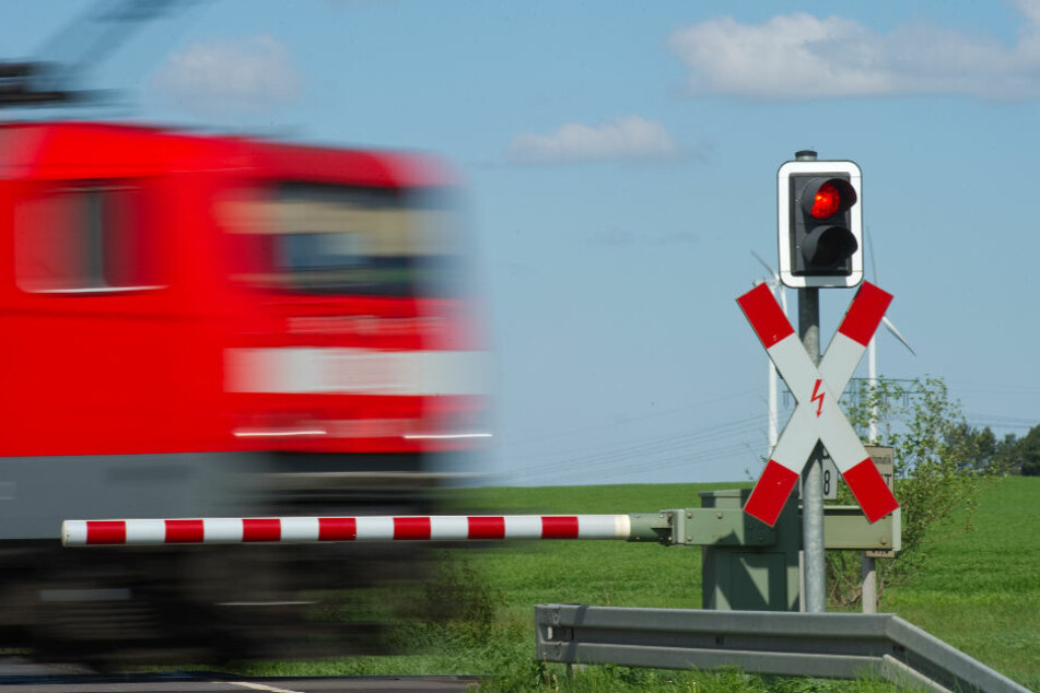 Laster durchbricht Bahnschranke: Dann kommt ein Zug