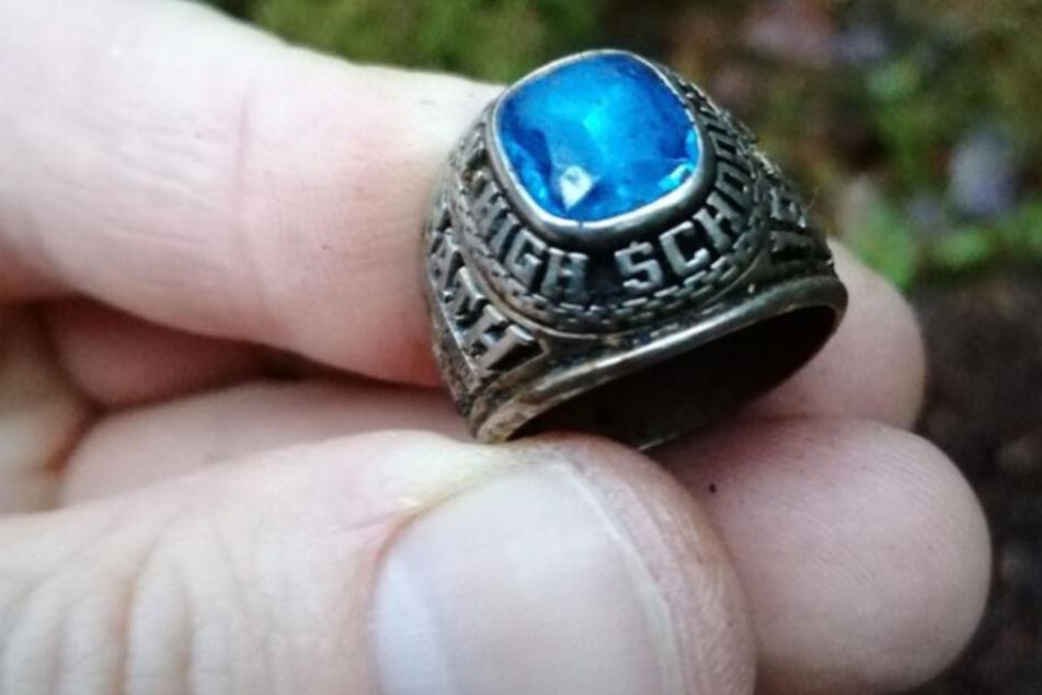 Debra McKenna (63) bekam den Ring von ihrem verstorbenen Ehemann geschenkt.