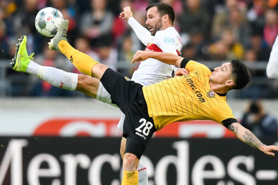 Gonzalo Castro (l.) vom VfB Stuttgart in Aktion gegen Baris Atik (r.) von Dynamo Dresden.