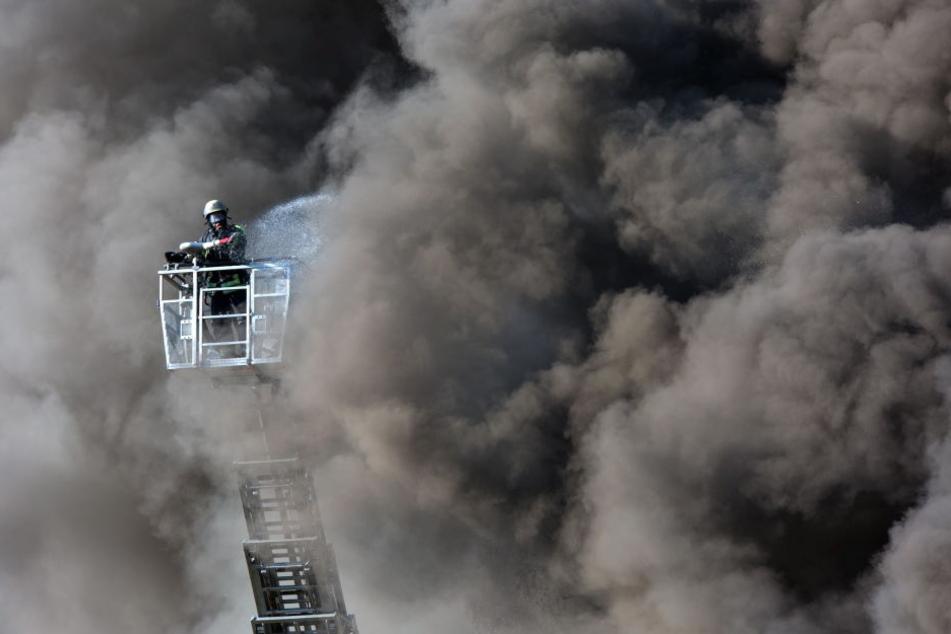 Die Lagerhalle ist nach dem Brand einsturzgefährdet. (Symbolbild)