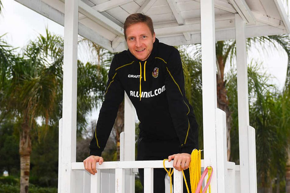 Marco Hartmann auf dem Rettungsschwimmer-Turm am Pool des Teamhotels. Der Dynamo-Kapitän bekommt langsam Heimweh, hat vor allem Sehnsucht nach seinem einjährigen Sohnemann Carlie.