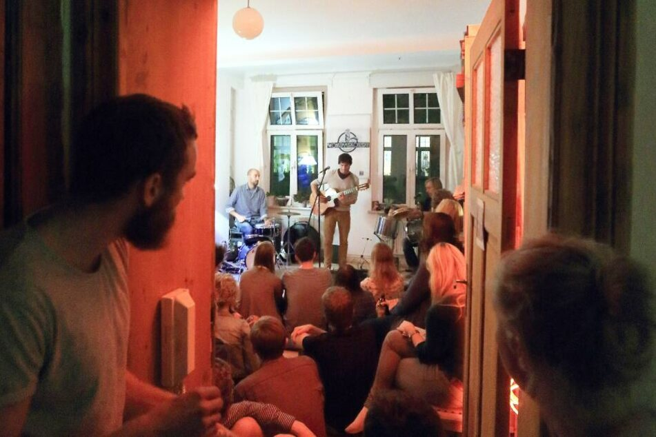 """Die Band """"Shy Birds"""" tritt bei einem Wohnzimmerkonzert in Magdeburg auf."""