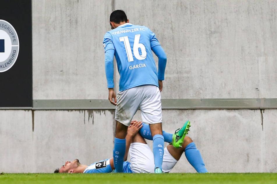 Ioannis Karsanidis verletzt am Boden, Rafael Garcia erkundigt sich danach was los ist.