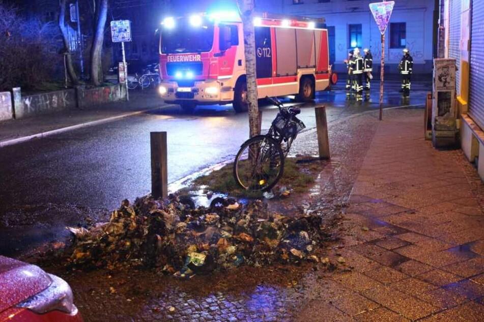 In Leipzig-Connewitz standen in der Nacht zwei Mülltonnen in Flammen.