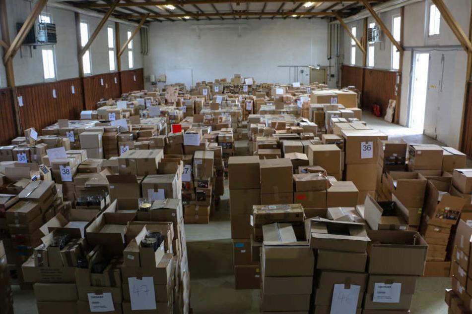 Weit über eine Million Datenträger konnten die Beamten 2016 sicherstellen. Der Angeklagte soll dies ein vier Lagern gesammelt haben.