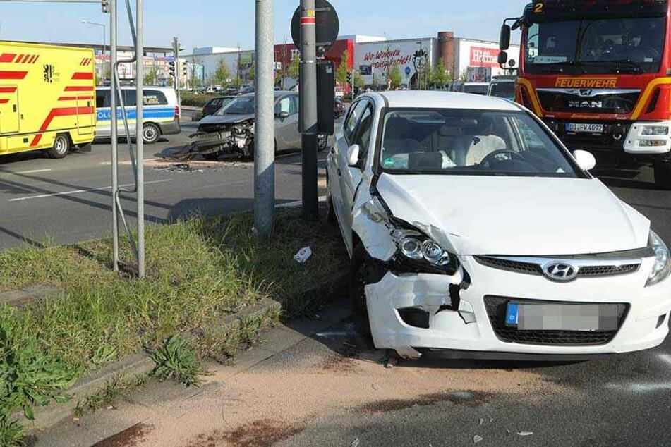 Der Hyundai wurde auf den Mittelstreifen geschleudert, dahinter steht der zerstörte Opel Merida.